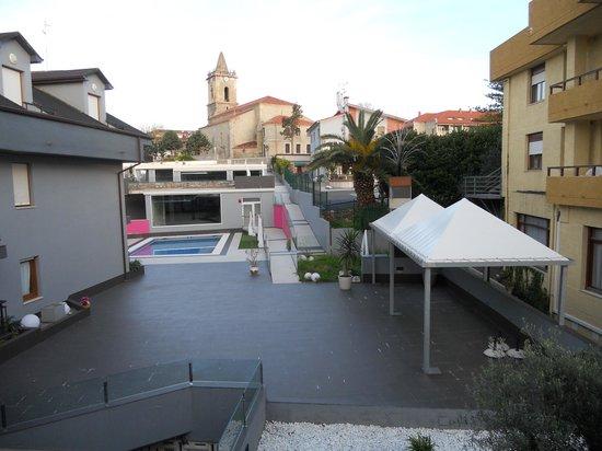 Hotel Arillo: Parte trasera del hotel con vistas a la piscina