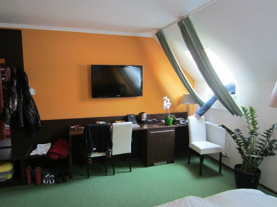 Hotel U Martina - Smichov: Room with orange walls and green floor