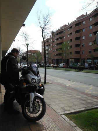 NH Logroño: ホテル前にバイクを駐車してもOK