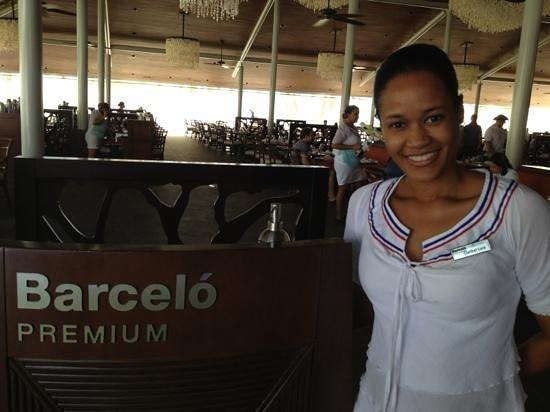 Barcelo Bavaro Beach - Adults Only: Recepcionista do Buffet Caribe: Claribel Lora, simpática e sorridente!
