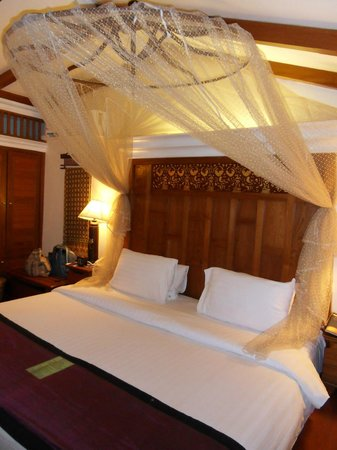 Sawasdee Village: Large bed and fancy mozzie net.