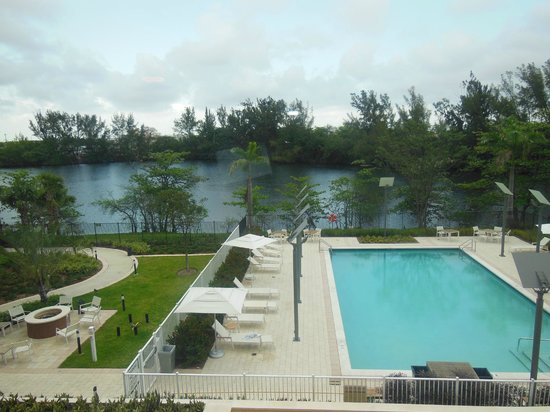 Element Miami International Airport: View of pool from room w/ the blinds