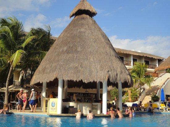 The Reef Coco Beach: Swim up bar.....