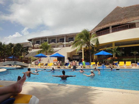 The Reef Coco Beach: pool area......