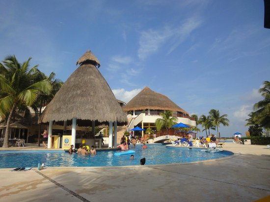 The Reef Coco Beach: pool area.....