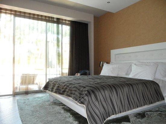 Maxx Royal Belek Golf Resort: Одна из комнат номера, более просторная