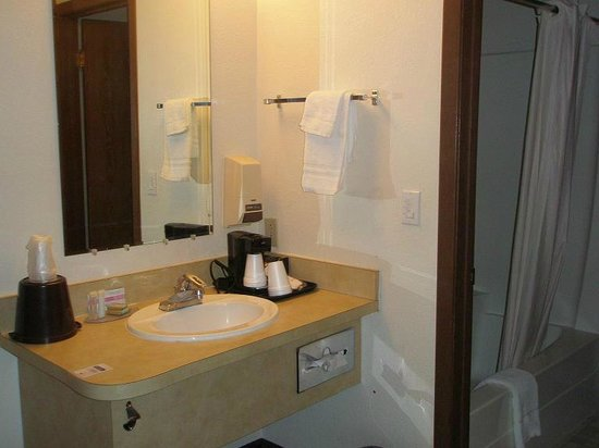 Travelodge Deer Lodge: bathroom
