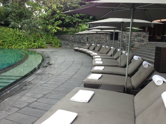 Capella Singapore: Pool lounges