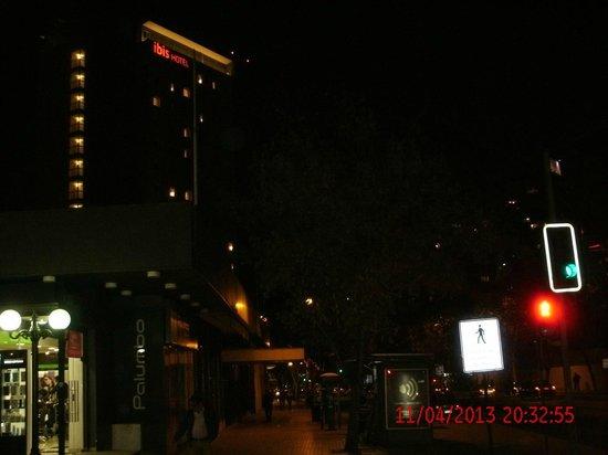 Ibis Santiago Providencia: Fachada (noite)