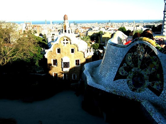 Barcelonina : The Güell Park entrance from the most famous bench in the world