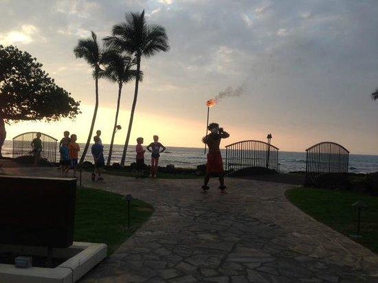 Mauna Lani Bay Hotel & Bungalows: 毎晩あるトーチの点灯。子供たちもついて行きます。