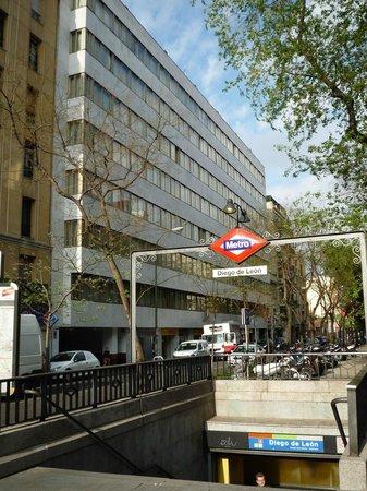 Apartamentos Juan Bravo: voorgevel en metro