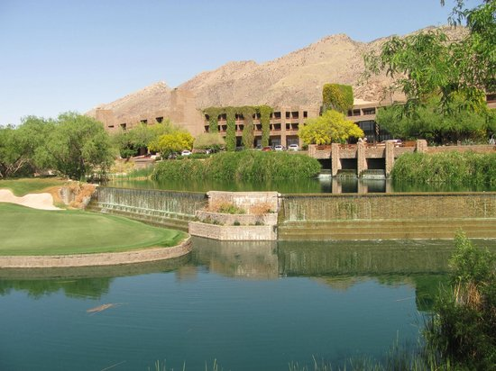 Loews Ventana Canyon Resort: view of resort front