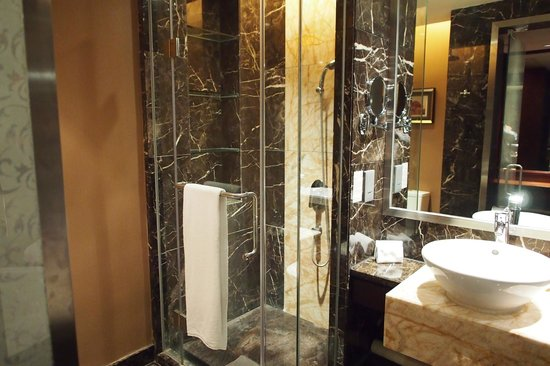 Sheraton Shunde Hotel: Bathroom on Executive Floor