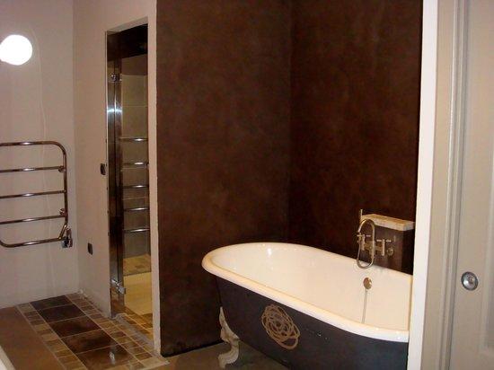 La Bastide du Clos des Roses : Quelle salle de bains!!