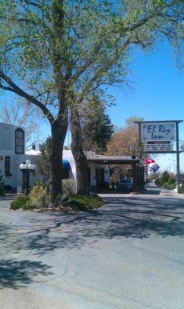 El Rey Inn: Front of hotel