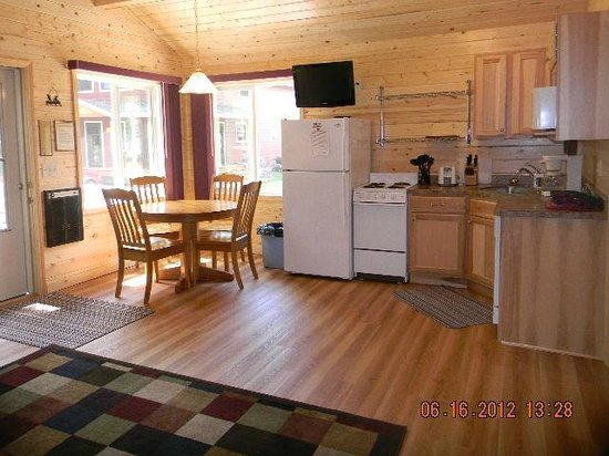 Otter Tail Beach Resort: Cabins are clean and modern