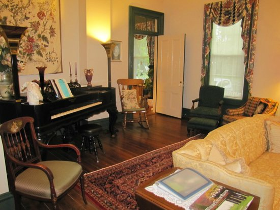 Spencer House Inn Bed and Breakfast: Gorgeous Victorian living room