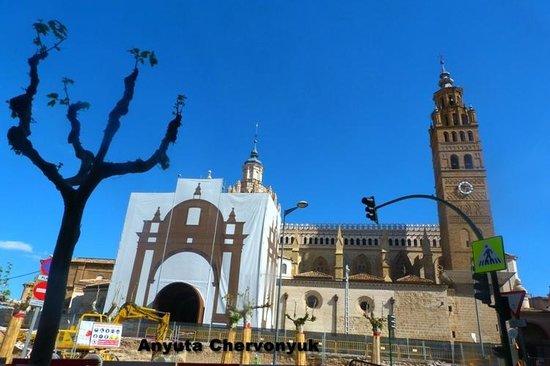 Catedral Santa María de la Huerta Tarazona: La fachada y las obras del futuro acceso.