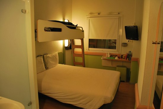 Ibis Budget Madrid Valentin Beato: Bunk bed and a desk .