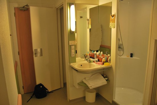 Ibis Budget Madrid Valentin Beato: View to toilet and shower.