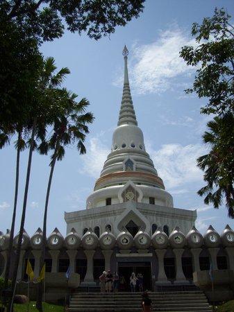Wat Yansangwararam: Внутри - три этажа - фото делать нельзя, да и не надо....лучше все увидеть
