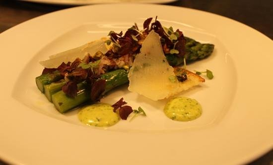 Operagrillen : Grilled asparagus with a ramslök emultion, roasted pistachio dressing, shaved manchego cheese