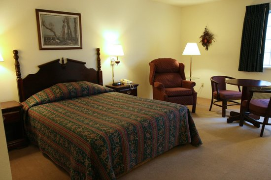 Mayville Inn Deluxe Room with Easy Chair