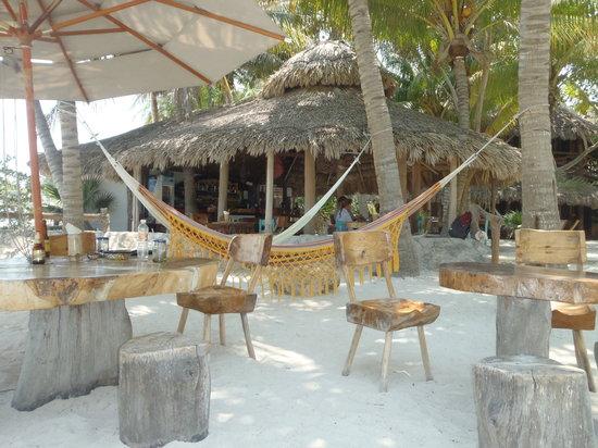 Barquito Mawimbi Beach Bar & Restaurant: salle de restaurant en plein air