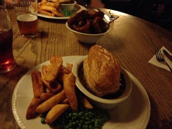 Norway Inn: Pie, peas, chips and onion rings