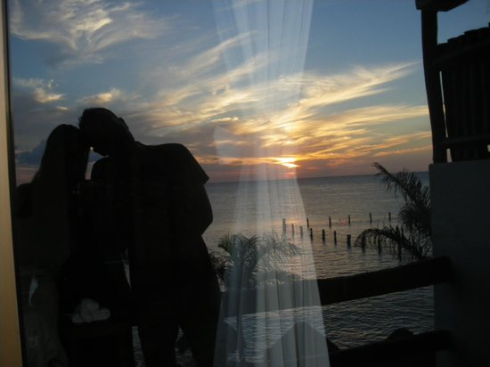 Blue Angel Resort: atardecer en reflejo desde el balcon de nuestra habitación
