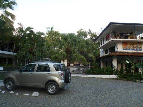 Villas Mymosa: in der Nacht bewachter Parkplatz bei Hotel