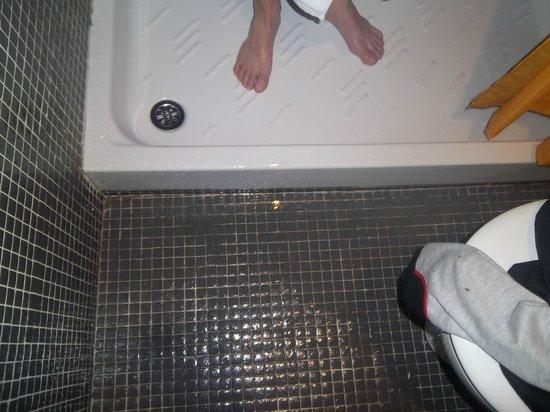 Hotel Bilbi : Our flooded bathroom
