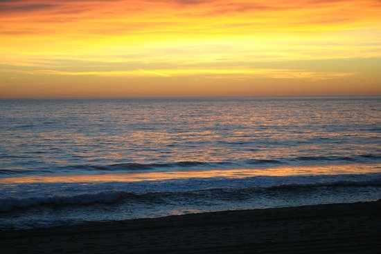 Malibu Country Inn: Sunset on Zuma Beach, few minutes behind the hotel.