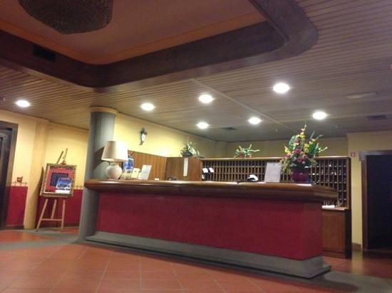 Hotel Moderno: 古董前台