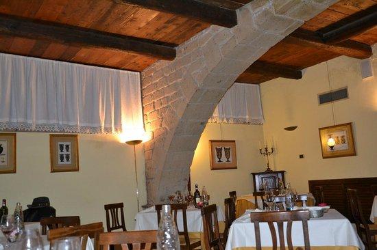 Hotel Scilla: Un angolo del ristorante La taverna etrusca