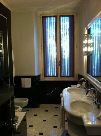 โรงแรมเรจิน่า บากลิโอนี่: Banheiro