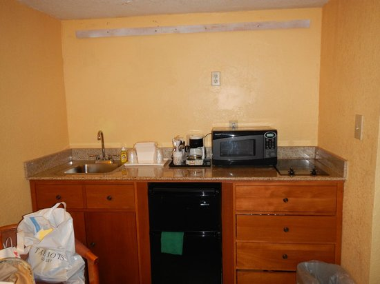 Comfort Inn & Suites Port Canaveral Area: kitchenette