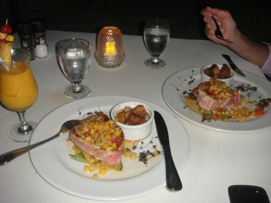 Amsterdam Manor Beach Resort: Best Salmon I've ever had, dinner by the shore