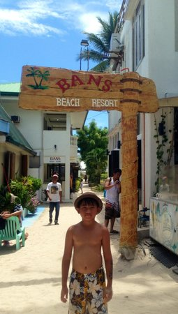 Bans Beach Resort: Entrance arch