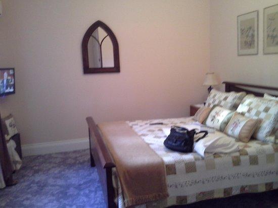 """Gulgong B & B """"The Old Wesleyan Chapel"""" : bedroom"""