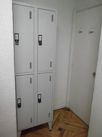 Hostal Arti Two: 4 taquillas en una habitación de 6 personas. Sin comentarios.