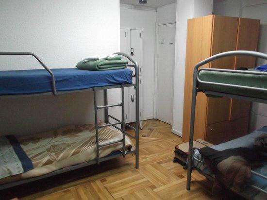 Hostal Arti Two: Literas en habitacion de 6. El armario de la derecha no se puede abrir por completo.