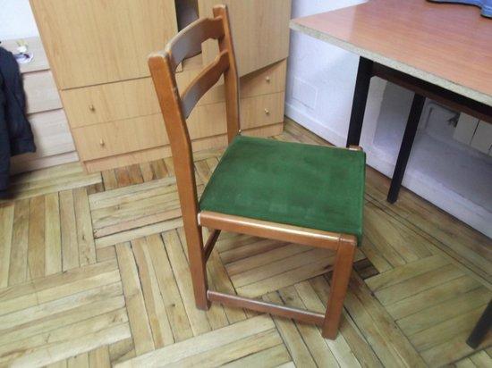 Hostal Arti Two: Mejor no sentarse en una silla rota