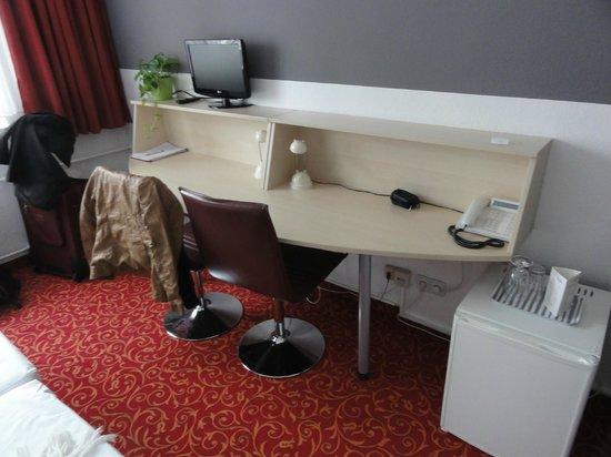 Academy Hotel: escritorio y tele