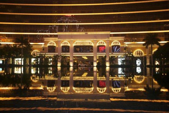 Performance Lake at Wynn Palace: at the Wynn fountain