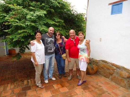 El Carambolo: En el patio, el grupo ,cerca al árbol de carambolos