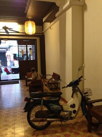 99 Oldtown Boutique Guesthouse: stylish lobby also acts as nightime scooter park. :)