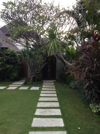Serene Villas: Steps to the villa door in backyard