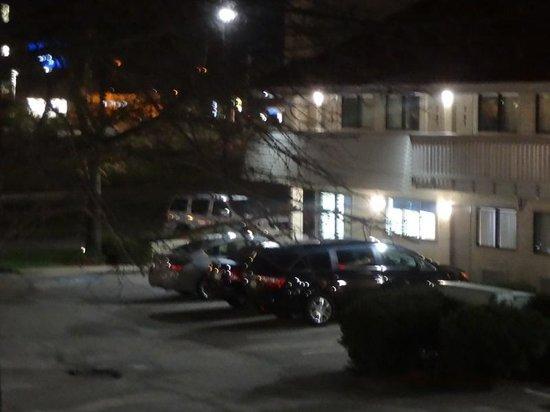 Motel 6 Akron : Orange building is a Bob Evans restaurant, cracker barrel just as close